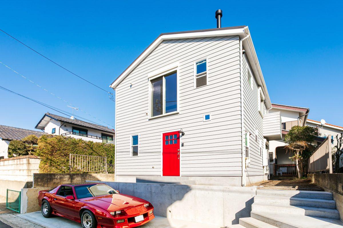 赤い玄関ドア、薪ストーブ、お気に入りが待つ家。